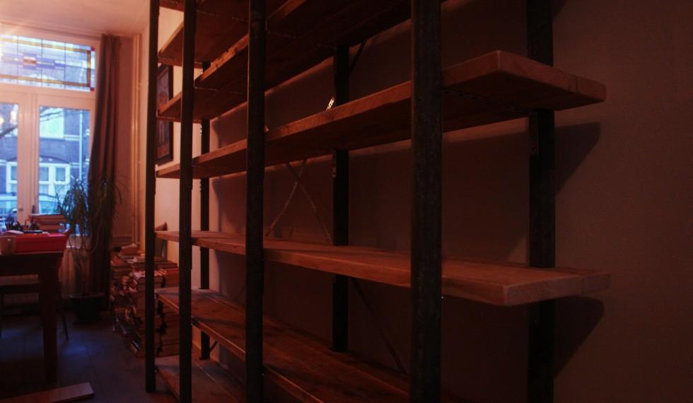 Boekenkast gebruikte gegalvaniseerde steigerbuizen en gebruikte steigerplanken R04 003