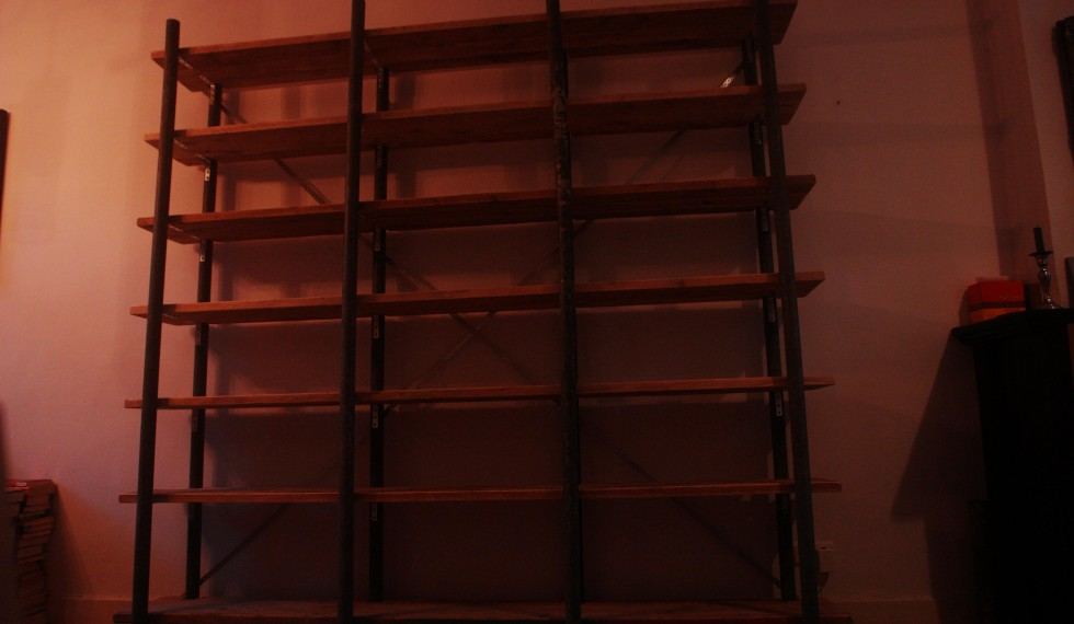 Boekenkast gebruikte gegalvaniseerde steigerbuizen en gebruikte steigerplanken R04 004