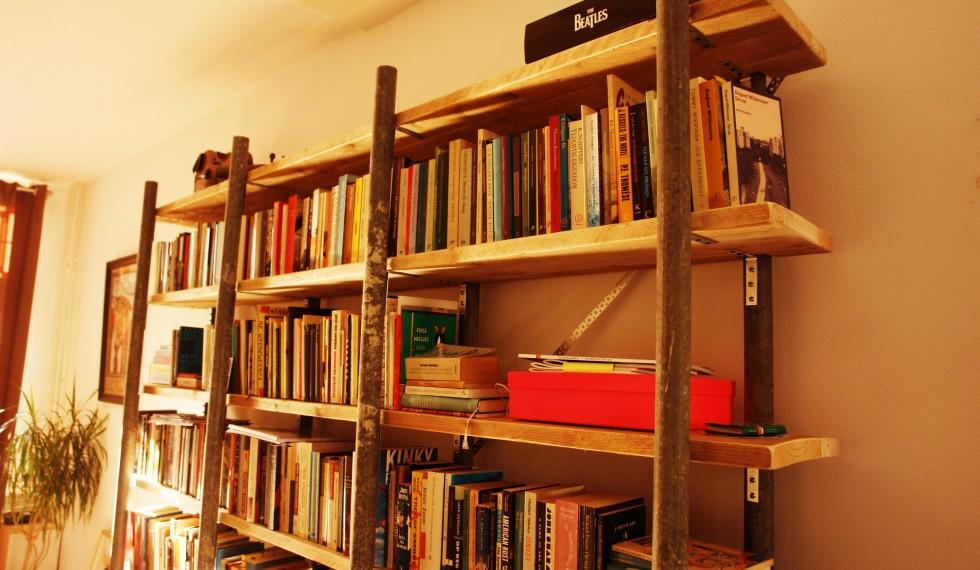 Boekenkast gebruikte gegalvaniseerde steigerbuizen en gebruikte steigerplanken R04 005