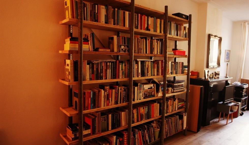 Boekenkast gebruikte gegalvaniseerde steigerbuizen en gebruikte steigerplanken R04 006