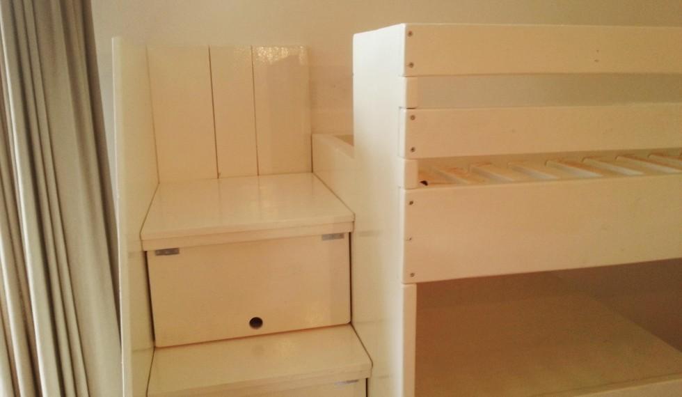 hoogslaper met commode en opbergruimte onder trap R04 002