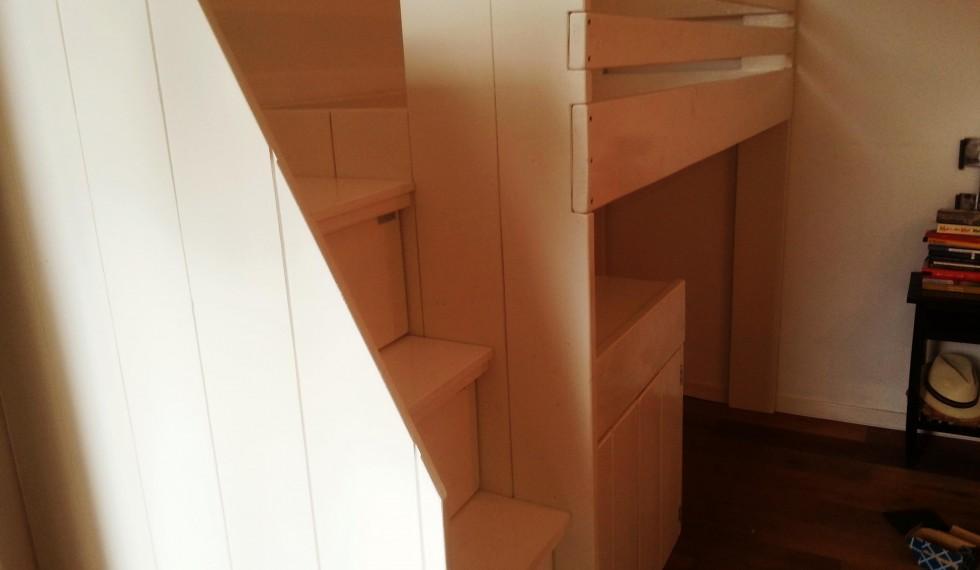 hoogslaper met commode en opbergruimte onder trap R04 003